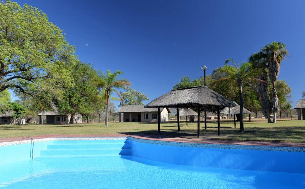 Relaxe junto à piscina