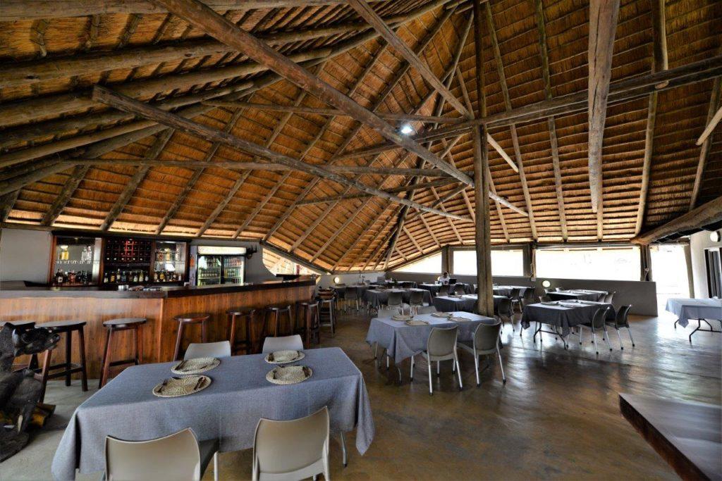 Restaurant ouvert sur le bush surmonté d'un toit de chaume